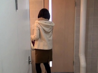 Japanese hottie peeing